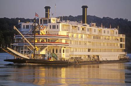 The Delta Queen, a relic of the steamboat era of the 19th century, still rolls down the Mississippi River Редакционное