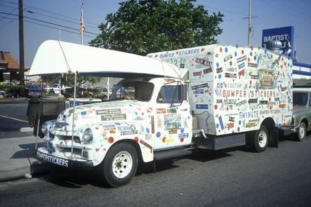 トラックのバンパー ステッカーで覆われている上に、カリフォルニアのカルバーシティ カヌーを運ぶ 報道画像