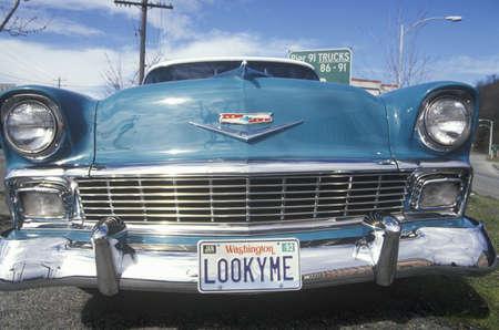 Een 1956 Chevy met kenteken dat LOOKYME leest Redactioneel