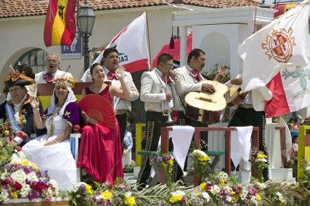traje mexicano: Mariachi Band tocando en carroza durante el desfile del día de la apertura en State Street, Santa Barbara, CA, Old Days españolas Fiesta, 3 hasta 7 agosto 2005 Editorial