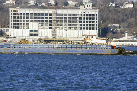 A trash boat on the Hudson River New York 新聞圖片
