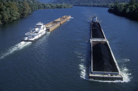 transportation: Chiatte di carbone sul fiume Kanawha a Charleston, West Virginia