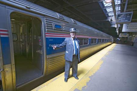 """""""뉴욕시, 뉴욕, 맨하탄, 뉴욕으로가는 길에 동부 기차역에서"""" """"배를 타고 모두"""" """"암트랙 열차 플랫폼에서 지휘자는 발표"""" 에디토리얼"""