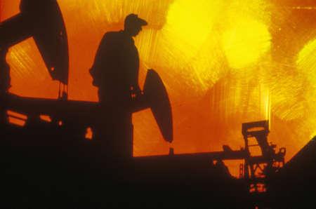 oil worker: Aceite de los trabajadores en Torrance en el condado de Delamo, CA