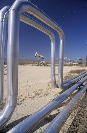 puits de petrole: Puits de p�trole � Taft dans la vall�e centrale, CA