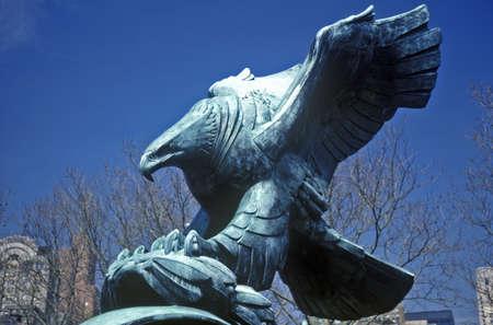 aguila calva: Estatua de bronce del águila calva americana, Nueva York, NY Editorial