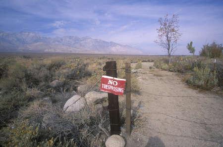 no trespassing: Ninguna muestra de violaci�n en el camino de tierra hacia la Sierra, California