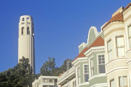 coit tower: Coit Tower and Victorian houses in San Francisco, California