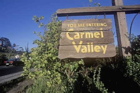 carmel: Carmel Valley Road, la Ruta G-20 en Carmel, California Editorial