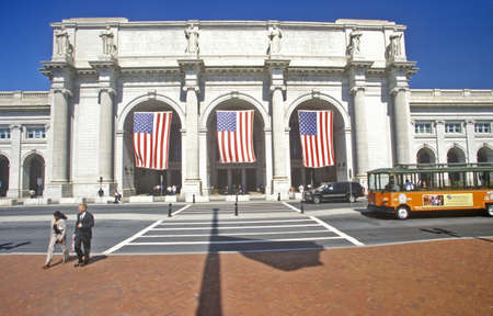 banderas americanas: Banderas estadounidenses vuelan en Union Station, Washington, DC