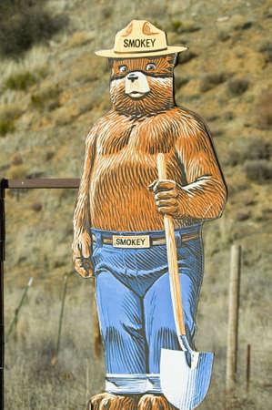 スモーキー クマと 33 高速道路に近くロックウッド バレー、カリフォルニア州ベンチュラ郡の森林火災の警告します。