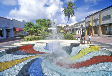 artdeco: Fuente en Lincoln Mall, en el distrito Art Deco de South Beach, Miami Beach, Florida Editorial