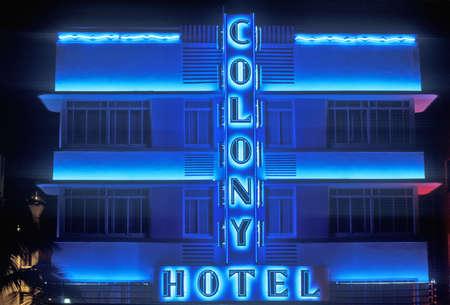 artdeco: Fotograf�a nocturna de El Colony Hotel en South Beach, Miami Beach, Florida Editorial