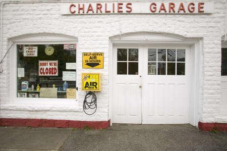old service station: Garage di Charlie e la vecchia stazione di gas nel Massachusetts occidentale, New England