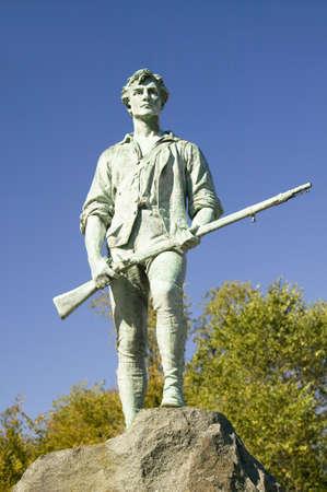 saluta: Soldato Minuteman da guerra rivoluzionaria accoglie i visitatori a Historical Lexington, Massachusetts, New England