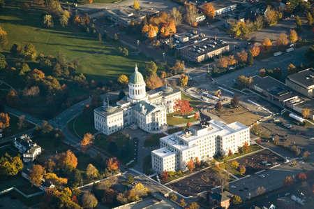 augusta: Vista a�rea del edificio de la Capital del Estado y color del oto�o en Augusta, Maine