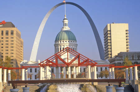 mo: St. Louis Arch and Old Courthouse, MO Editorial
