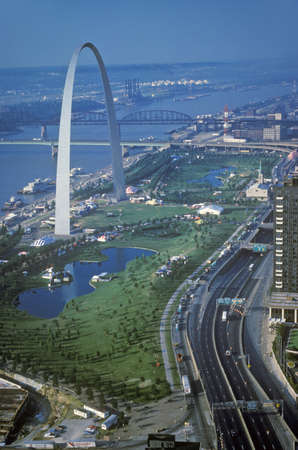 gateway arch: St. Louis Arch and skyline, MO