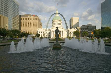Kiener Plaza - ÒThe RunnerÓ in water fountain in front of historic Old Court House and Gateway Arch in St. Louis, Missouri Sajtókép