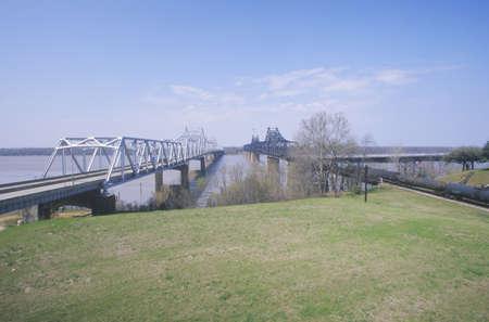 Old Vicksburg Bridge crossing MS River in Vicksburg, MS to Louisiana 新聞圖片