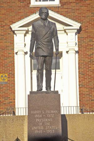 president???s: Statua di Harry S. Truman di fronte al Palazzo di Giustizia della Contea di Jackson, Independence, MO
