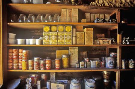 버지니아 시티, MT 근처 유령 마을 선반에 제품과 일반 상점의 인테리어 에디토리얼