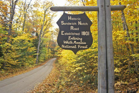 national forest: La entrada al Bosque Nacional White Mountain en Sandwich Notch Hist�rico, NH
