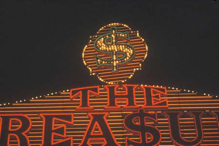 Los letreros de ne�n en la noche en Las Vegas, NV Foto de archivo - 20526649