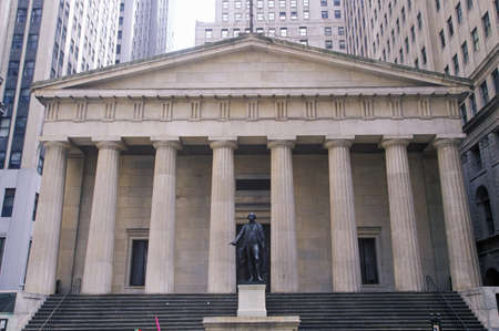 federal hall: Statue of George Washington at the entrance of the Federal Hall, New York City, NY