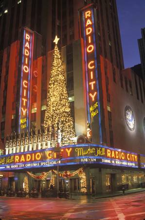 Nightlights and red reflection of Radio City Music Hall in Manhattan, NY with Christmas lights 新聞圖片