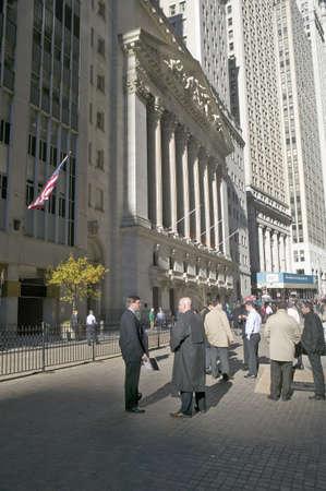 new york stock exchange: Commercianti di riserva prendono una pausa di fronte al New York Stock Exchange a Wall Street, New York, New York Editoriali