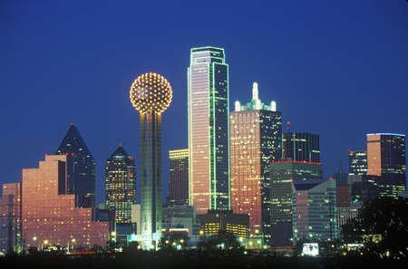 noche: Dallas, TX horizonte de la noche con la Torre de la reuni?