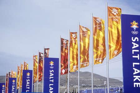 salt lake city: Banderas en la Plaza Ol�mpica, cerca de Delta durante los Juegos Ol�mpicos de Invierno de 2002, Salt Lake City, UT