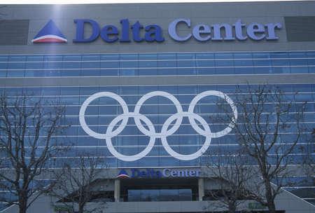 salt lake city: Anillos ol�mpicos en el lado del Delta Center durante los Juegos Ol�mpicos de Invierno de 2002, Salt Lake City, UT