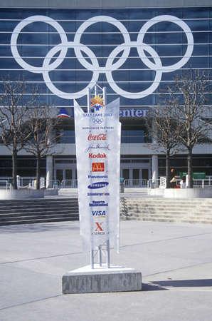 salt lake city: Anillos ol?mpicos en el lado del Delta Center durante los Juegos Ol?mpicos de Invierno de 2002, Salt Lake City, UT Editorial