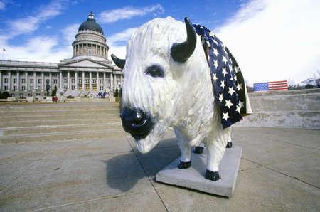 salt lake city: Estatua pintada de Buffalo en frente del edificio del capitolio del estado, Salt Lake City, UT Editorial