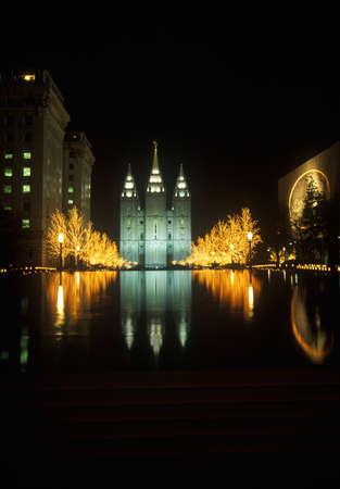 salt lake city: Templo Hist�rico y Plaza en Salt Lake City en la noche, durante los Juegos Ol�mpicos de Invierno de 2002, UT Editorial