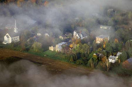 church steeple: Veduta aerea di Waitsfield, VT nella nebbia con la chiesa campanile sulla Scenic Route 100 in autunno