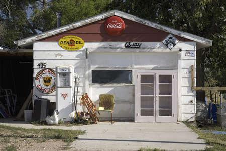 old service station: Stazione di servizio Americana a Crawford Nebraska, parte nordoccidentale dello stato Editoriali