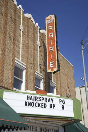 theater sign: Old Prairie Movie se�al teatro con pel�culas Hair Spray y Knocked Up, en Ogallala, Nebraska lo largo de la carretera de Lincoln, EE.UU. 30