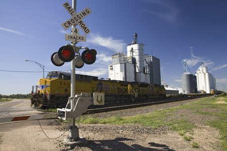 네브라스카 빅스 스프링스에서화물 열차와 깜박이는 교차로