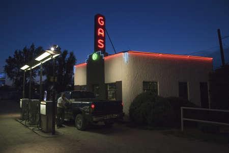 old service station: Neon lettura Gas come assistente di gas riempie camion con la benzina al distributore di benzina storico Kensinger Service & Supply, sulla US Highway 30, la Lincoln Highway, Grand Island, Nebraska segno