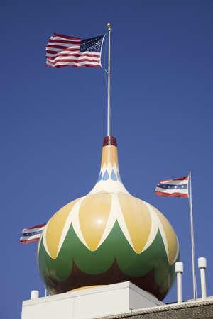 米国旗とトウモロコシ宮殿のメイン ・ ストリート ビュー表示、ミッチェル、サウス ・ ダコタ、1892 年に建て、1921 年に再建されました。