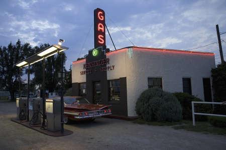 old service station: Segno al neon lettura del gas e il 1960 Chevrolet Impala rosso a Kensinger Servizi e stazione di servizio di fornitura storici, sulla US Highway 30, la Lincoln Highway, Grand Island, Nebraska