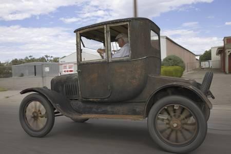 델타, 콜로라도를 통해 몰고있는 모델 T 포드 하드 톱 자동차 에디토리얼