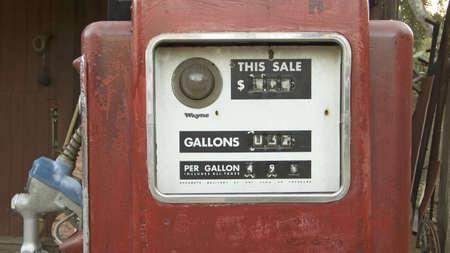 old service station: Pompe di rosso antico di gas davanti vecchia stazione di benzina a Malibu, in California meridionale a nord di Los Angeles Editoriali