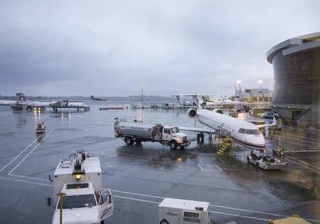 salt lake city: Aeropuerto de Salt Lake City Internacional con chorros y cielos tormentosos en el fondo