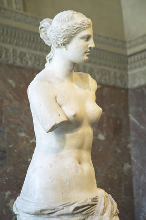 afrodite: Statua della Venere di Milo (Afrodite), Grecia, ca. 150-125 aC, al Museo del Louvre, Parigi, Francia