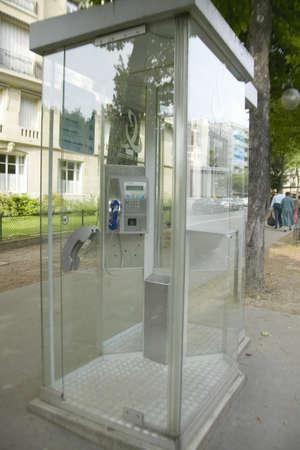 cabina telefonica: Ver a trav�s de cabina de tel�fono, Par�s, Francia Editorial