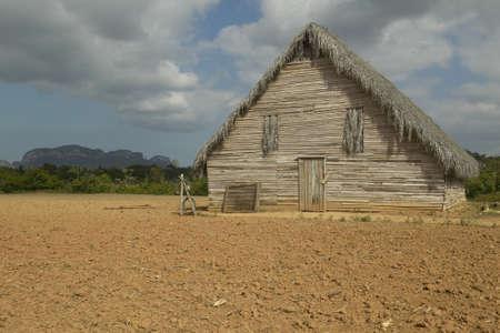Campo de la granja con el granero en el Valle de Viales, en el centro de Cuba